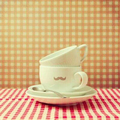 Quadro Copos de café com moderno bigode na toalha de mesa marcada