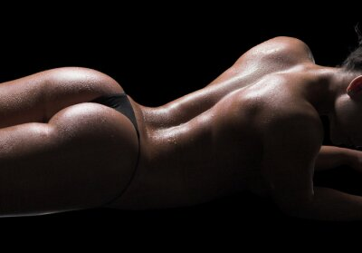 Quadro Corpo da mulher sexy, pele molhada, fundo preto
