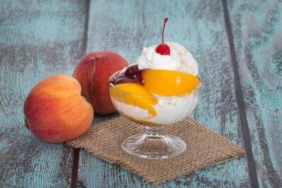 Quadro Creme de baunilha melba pêssego gelo com frutas do pêssego em vintag de madeira