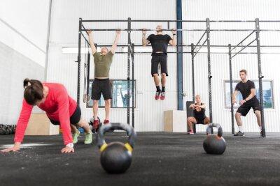 Quadro Crossfit grupo treina exercícios diferentes