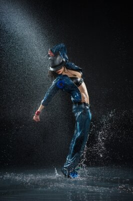 Quadro Dança da mulher molhada. Sob waterdrops. Foto do estúdio