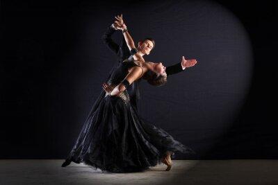 Quadro Dançarinos do Latino na salão isolado no preto