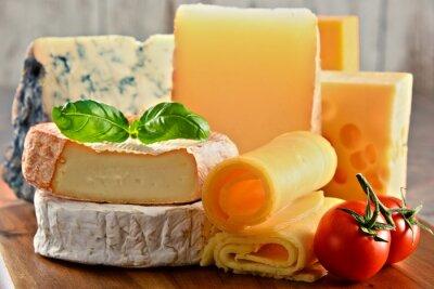 Quadro Diferentes tipos de queijo na mesa da cozinha