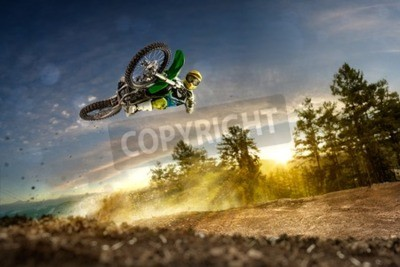 Quadro Dirt bike rider está voando alto na noite