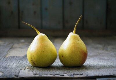 Quadro Dois gêmeos amarelos da pera no assoalho de madeira, ainda vida