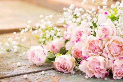 Quadro Ein herrlicher Rosenstrauß auf rustikalem Holz