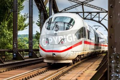 Quadro Elétrica InterCity Express em Frankfurt, Alemanha, em um dia de verão