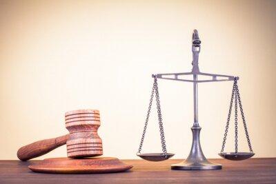 Quadro Escalas de lei, juiz martelo sobre a mesa. Símbolo de justiça