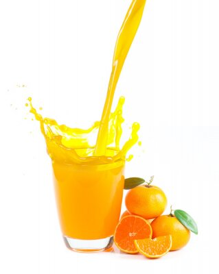 Quadro espirrando suco de laranja com laranjas contra um fundo branco