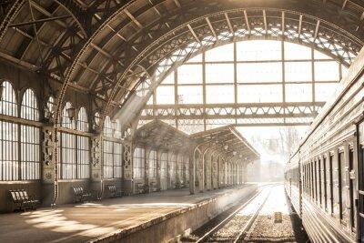 Quadro Estação de comboios nascer do sol coberto nascer do sol em sépia. Transporte e plataforma com telhado de construção. Viagem em trem na ferrovia