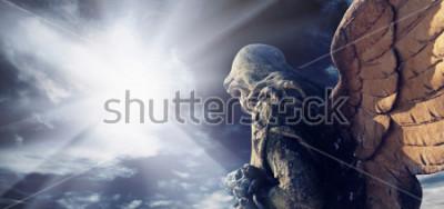 Quadro Estátua antiga do anjo maravilhoso nos raios do sol. Arquitetura, arquitetura, religião, conceito de fé.