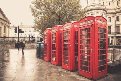Quadro Estilo vintage cabines telefônicas vermelhas na rua chuvosa em Londres