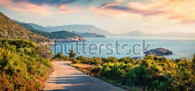 Quadro Estrada para a praia de Ierussalim. Seascape pitoresco da manhã do mar Ionian. Nascer do sol impressionante na ilha de Kefalonia, Grécia, Europa. Fundo do conceito de viagem.
