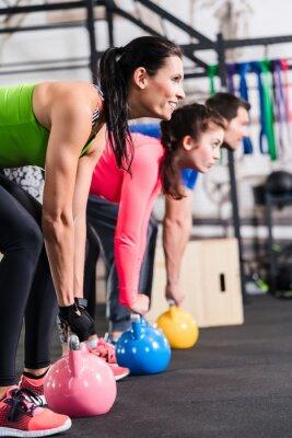 Quadro Exercício funcional da aptidão im Fitnessstudio com Kettlebell