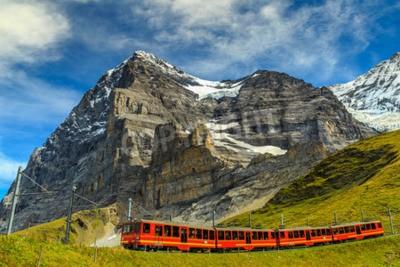 Quadro Famoso comboio turístico vermelho elétrico que vem para baixo a partir da estação Jungfraujoch (topo da Europa) em Kleine Scheidegg, Bernese Oberland, na Suíça, Europa