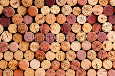 Quadro Feche uma parede de cortiça usada para vinho. Uma seleção aleatória de rolhas de vinho usadas, algumas com anos de safra. Formate horizontal que preenche o quadro.
