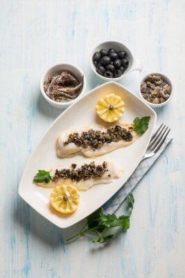 Quadro Filé de peixe com azeitonas pretas alcaparras e anchovas