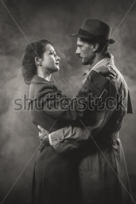 Quadro Filme noir: casal amoroso romântico abraçando no escuro, estilo da década de 1950