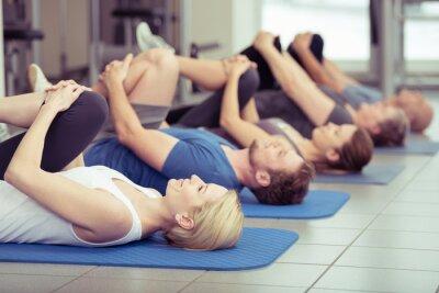 Quadro fitness center-Gruppe macht dehnübungen im