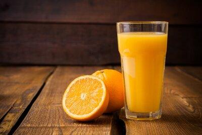 Quadro Fruta e um copo de suco no fundo de madeira marrom alaranjada