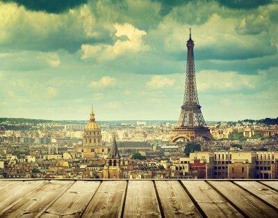 Quadro fundo com mesa deck de madeira e torre Eiffel em Paris