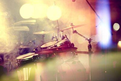 Quadro Fundo da música em vivo. Bateria sobre o escenario.Concierto.