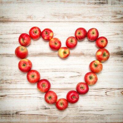 Quadro Fundo de madeira do coração vermelho das maçãs. Amor conceito vintage