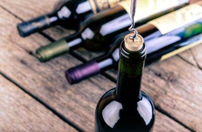 Quadro Garrafa de vinho em uma mesa de madeira