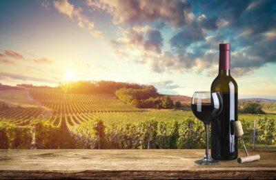 Quadro Garrafa de vinho tinto e copo de vinho no barril de wodden. Bonito, tuscany, fundo