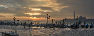 Quadro Gôndola por Praça de São Marcos durante o nascer do sol com San Giorgio Maggiore di igreja no fundo em Veneza