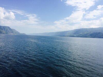 Quadro Großer See mit Bergen und blauen Himmel