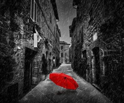 Quadro Guarda-chuva na rua escura em uma cidade italiana velha em Toscânia, Italia. Chovendo.