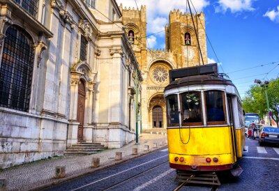 Quadro Histórico eléctrico amarelo em frente à catedral de Lisboa, em Lisboa,