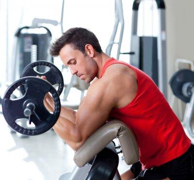 Quadro homem com equipamentos de musculação na ginástica do esporte