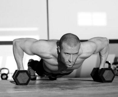 Quadro Homem da ginástica push-up força de flexão com halteres