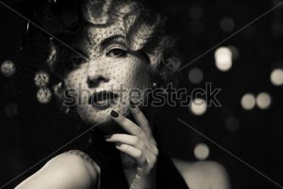 Quadro Imagem monocromática de mulher retrô loira elegante vestindo pequeno chapéu com véu