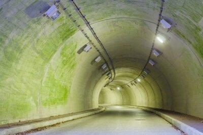 Quadro Interior de um túnel urbano na montanha sem tráfego ..
