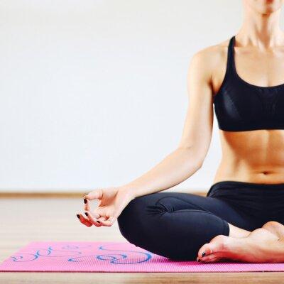 Quadro Jovem, mulher fazendo yoga dentro de casa - parte do corpo