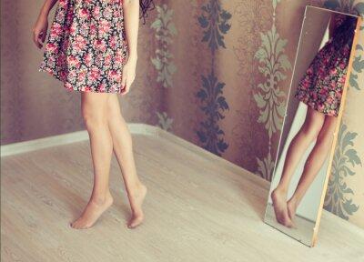 Quadro jovem vira o espelho