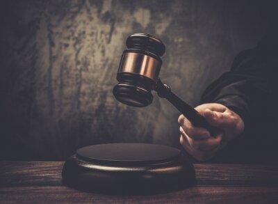 Quadro Juiz espera martelo na mesa de madeira