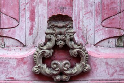 Quadro Knoker porta em uma porta velha wodden rosa