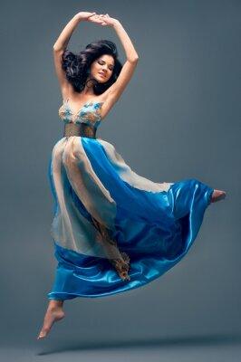 Quadro linda menina flutuando no ar, azul vestido de seda
