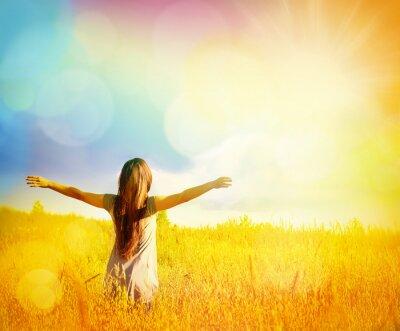 Quadro Livre Mulher feliz que aprecia a natureza. Beleza menina ao ar livre.