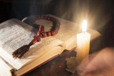 Quadro Livro sagrado e cruz sobre um fundo de madeira