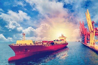 Quadro Logística e transporte de Container Internacional Navio de carga com portos grua ponte no porto para logística de importação de fundo de exportação e indústria de transporte .. Cor do vintage.