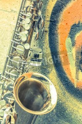 Quadro Lone saxofone velho inclina-se contra parede de tijolo fora clube de jazz abandonado