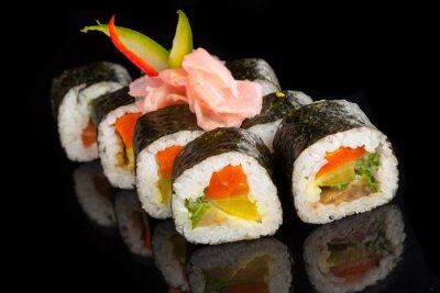 Quadro Maki sushi servido sobre fundo preto