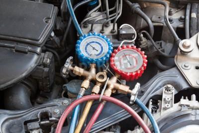 Quadro Manómetro que está sendo usado para calibrar a pressão do condicionamento de ar no veículo do automóvel.