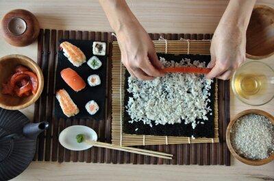 Quadro mãos cozinhar sushi