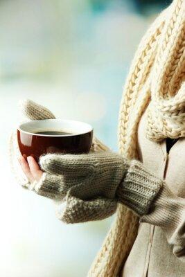 Quadro Mãos fêmeas com bebida quente, no fundo claro